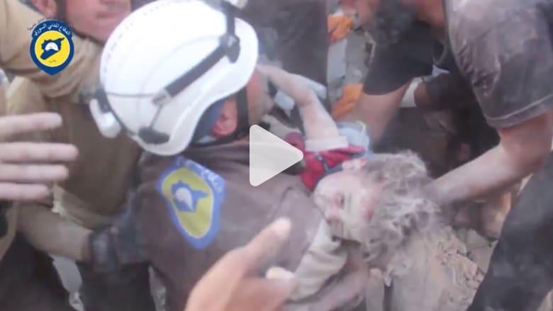 شاهد.. لحظة إنقاذ طفلين من تحت الأنقاض في حلب بعد قصف جوي