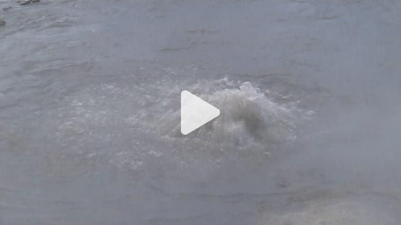 شاهد.. سائح يسقط في بركة مياه تفوق حرارتها مائتي درجة