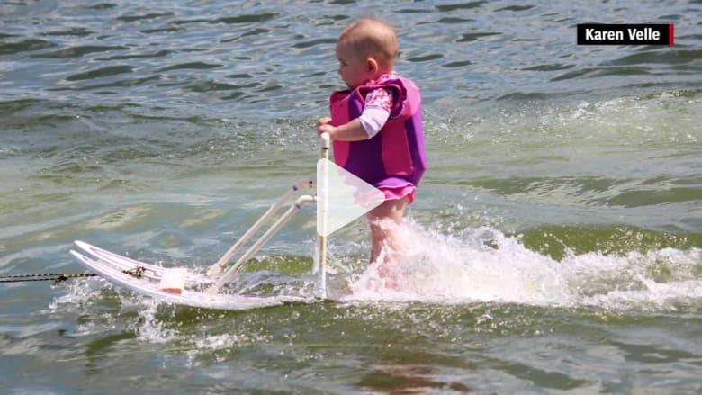 شاهد.. أصغر متزلجة على المياه تبهر الناس