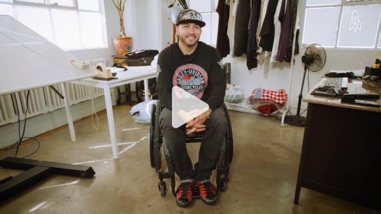 بعد حادث سير.. أصبح مصمماً لسراويل جينز لذوي الاحتياجات الخاصة
