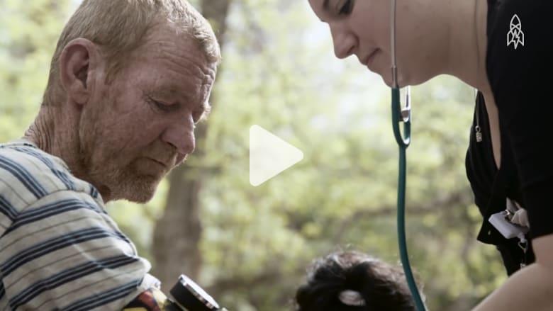 مساعد طبي يكرّس حياته لمساعدة المشردين مجاناً