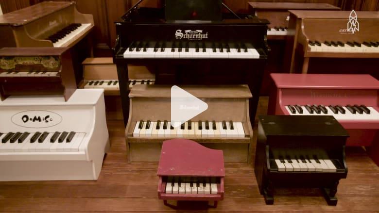 عازفة أمريكية تحول دمى البيانو لأدوات موسيقية راقية