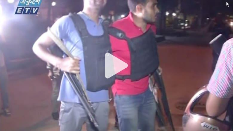 شاهد.. لحظة إخلاء رجال شرطة مصابين خلال هجوم بنغلاديش