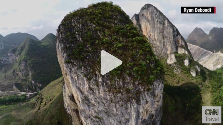"""شاهد.. رحلة مذهلة في جبال """"كارست"""" العملاقة وكهوف ومجرى نهر غيتو في الصين"""