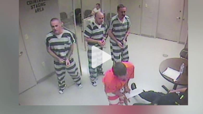 بالفيديو: سجناء ينقذون حياة ضابط في تكساس