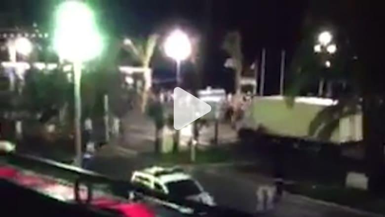 شاهد.. لحظة دهس شاحنة لحشود المحتفلين بالعيد الوطني الفرنسي في نيس