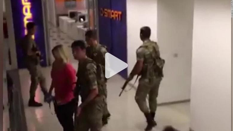 """شاهد.. لحظة اقتحام جنود أتراك لمقر """"CNN Turk"""" بأنقرة"""