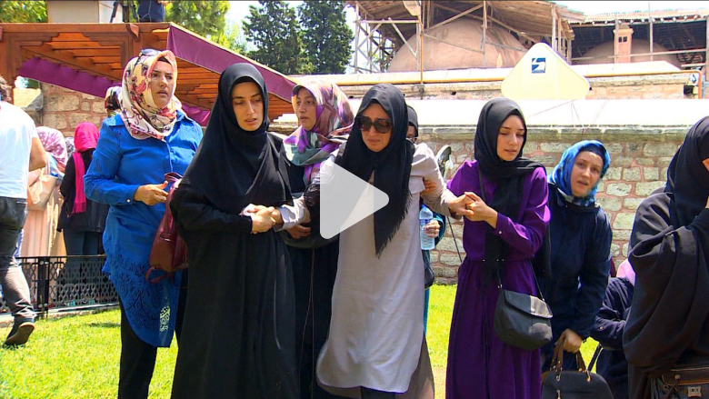 بالفيديو: مراسلة CNN تتحدث مع الأتراك في جنازات ما بعد محاولة الانقلاب