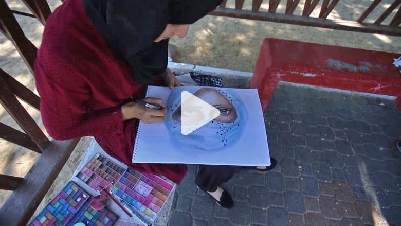عدسة CNN في غزة..  فنانة فلسطينية تستخدم مساحيق التجميل لتبرز جمال الألوان في لوحاتها الفنية