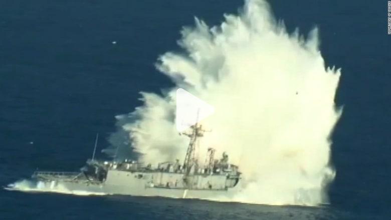 شاهد.. لحظة تدمير وإغراق سفينة حربية أمريكية خلال تدريبات عسكرية