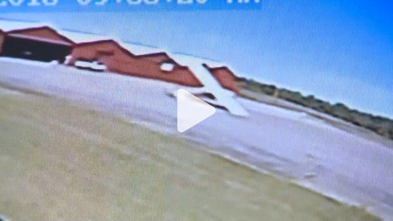 شاهد.. طائرة تدور حول نفسها في المطار ولا أحد في قمرة قيادتها