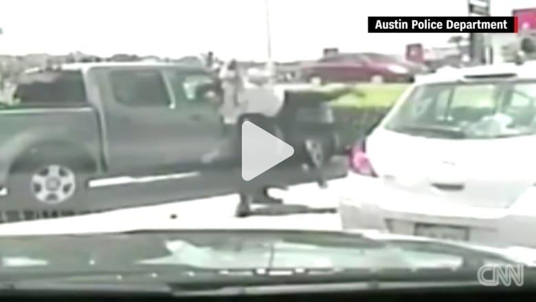 شرطي أمريكي يعتقل امرأة سوداء بعنف.. ويتهم السود بالعنف