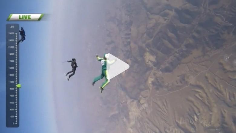 """لأول مرة في التاريخ.. رجل يقفز من ارتفاع 25 ألف قدم """"دون مظلة"""""""