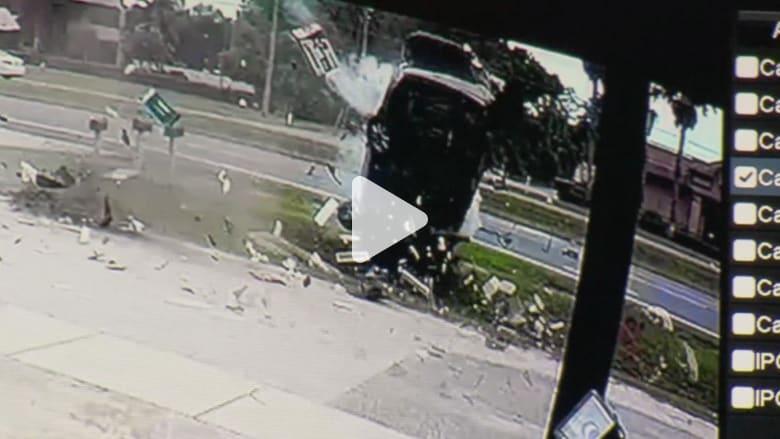 انقلاب سيارة 4 مرات قبل احتراقها بمشهد مرعب.. ماذا حل بالسائق؟