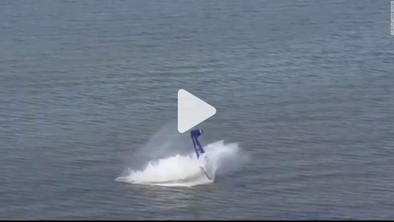 شاهد.. لحظة انقلاب طائرة وتحطمها فوق البحر خلال هبوط طارىء