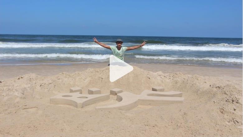 فنان يوثق أحداث فلسطين على رمال شاطئ غزة
