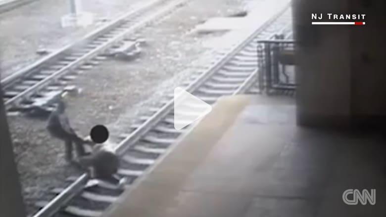 شرطي يصارع رجلا لإنقاذه من الانتحار أمام قطار مسرع