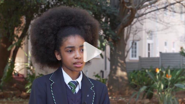 """زليخة الجنوب أفريقية تتحدى العنصرية بتسريحات الشعر """"الأفرو"""""""