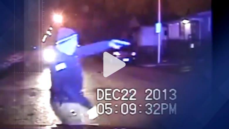 فيديو يظهر ضابطا أمريكياً يطلق النار على سيارة مليئة بمراهقين