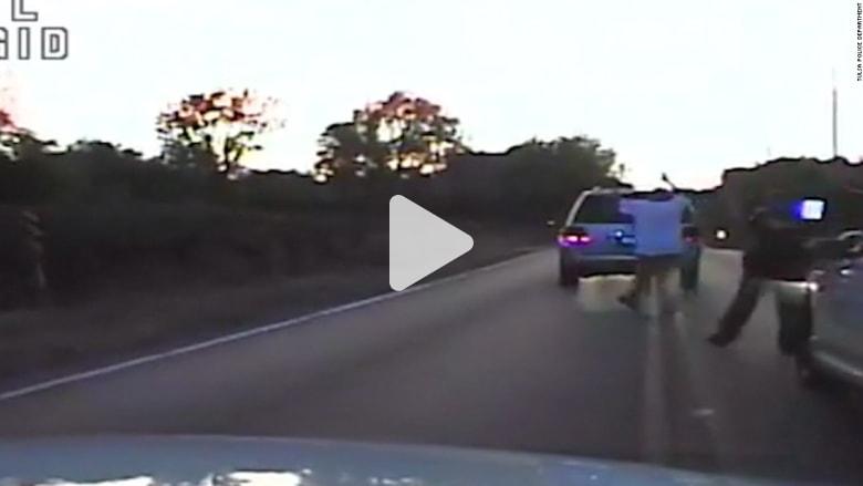 فيديو يظهر الشرطة الأمريكية تطلق النار وتقتل رجلاً أعزل
