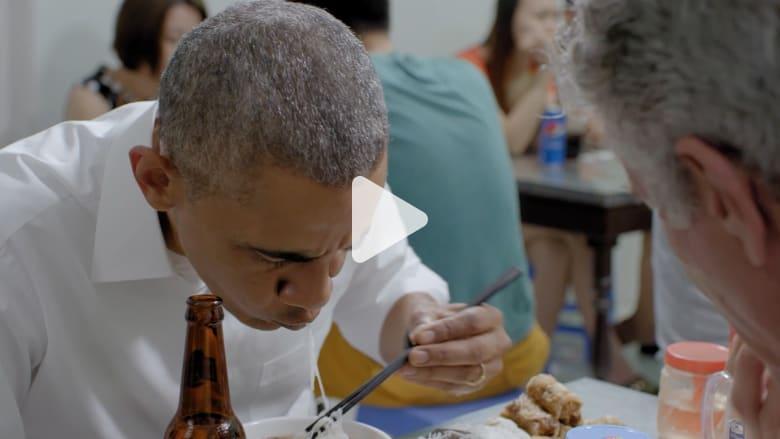 شاهد ردة فعل أوباما عند تناوله طبقاً فيتنامياً شعبياً للمرة الأولى