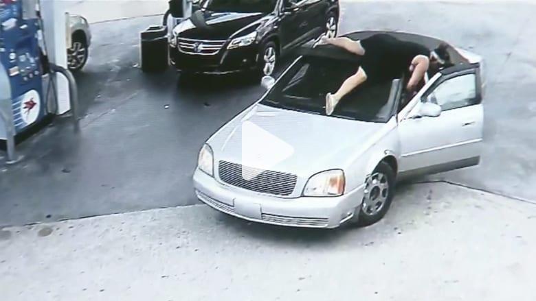 شاهد.. امرأة تطارد لصاً وتقفز على سيارته بعدما سرقها