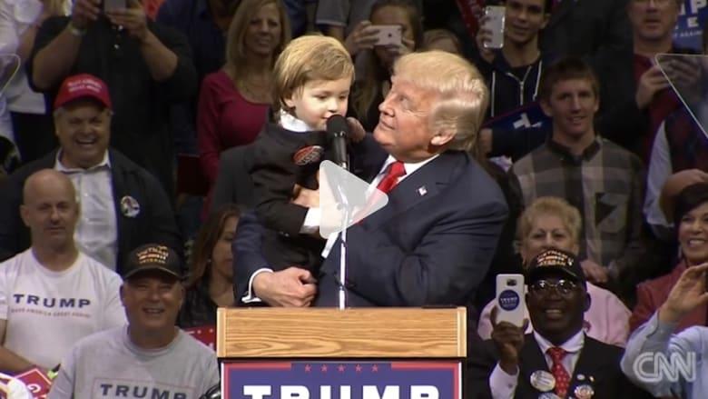 ترامب يحمل طفلاً يشبهه على المسرح خلال خطابه