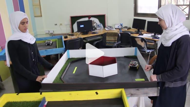 طالبتان من غزة تبتكران روبوتات ذكية لمساعدة المكفوفين والتحكم بالأجهزة المنزلية