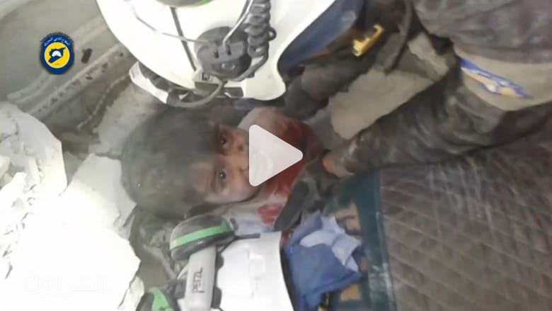 إنقاذ طفل من تحت الأنقاض في حلب.. وسقوط عشرات القتلى والمصابين
