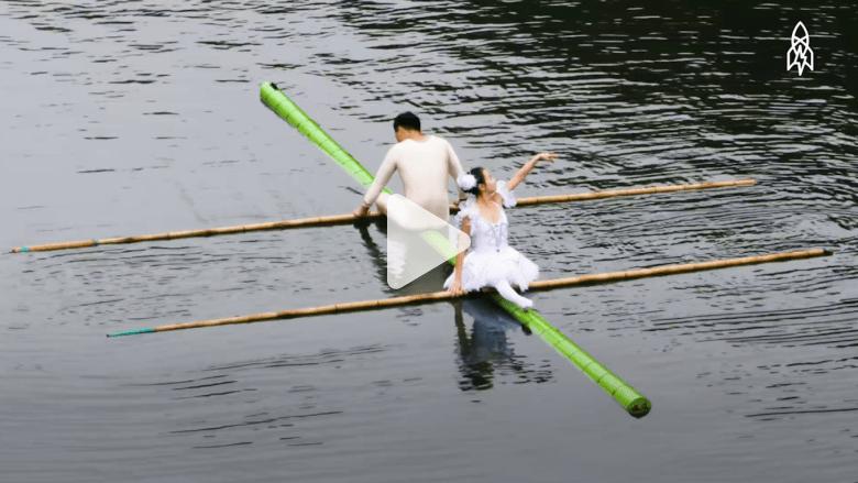تعلم الرقص فوق الماء على قطعة بامبو واحدة