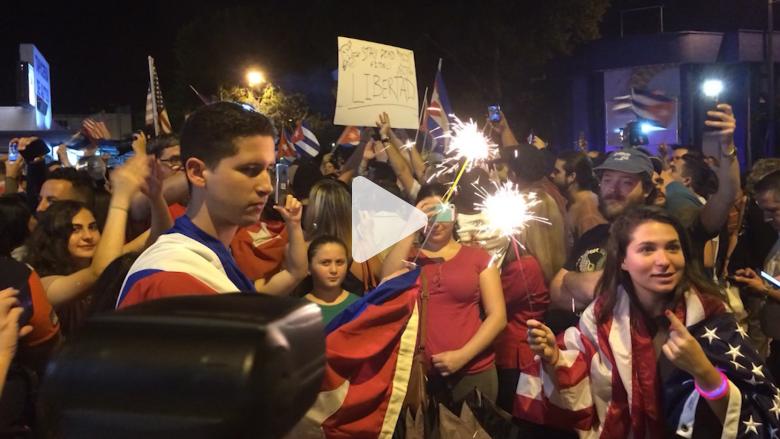 شاهد: شامبانيا ورقص وتطبيل.. احتفالات الكوبيين في أمريكا بوفاة فيديل كاسترو