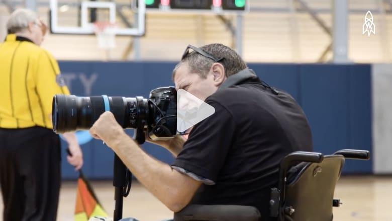 إصابته بالشلل جعلته يحترف التصوير الرياضي