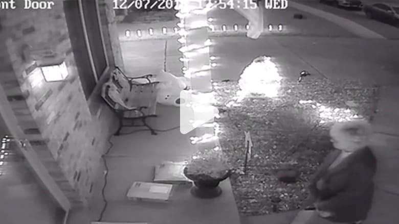 كاميرات المراقبة ترصد سرقات هدايا عيد الميلاد من أمام أبواب المنازل