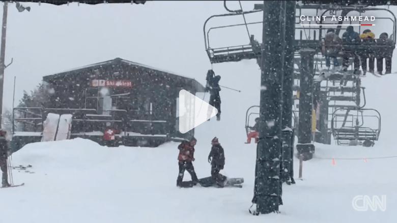 فتى يتدلى من مصعد تزلج بعدما علقت حقيبته