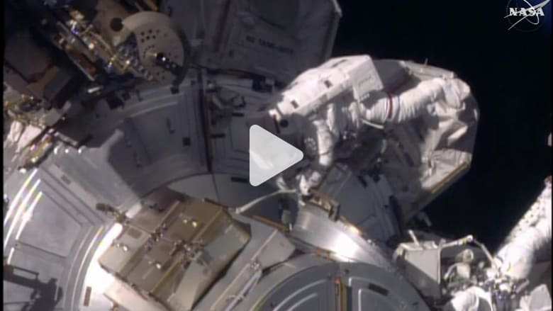 """رائدة فضاء تسجل رقماً قياسياً بـ""""السير في الفضاء"""""""