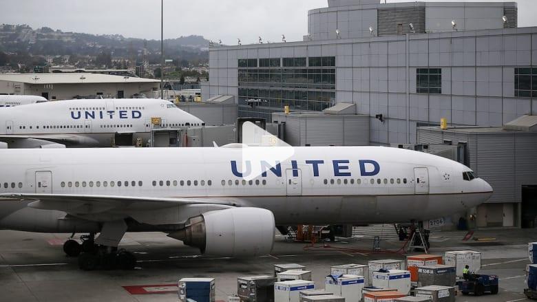 بالفيديو: حامل حقائب يسافر عالقاً في قسم الشحن داخل الطائرة