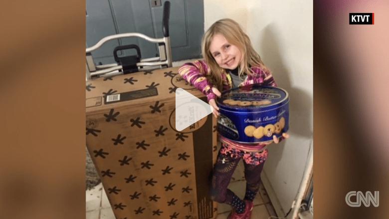 ماذا حدث عندما طلبت هذه الطفلة الدمى والحلوى من الانترنت؟