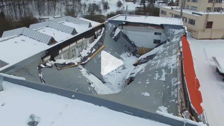 شاهد.. لحظة انهيار سقف قاعة رياضية تعج باللاعبين فجأة