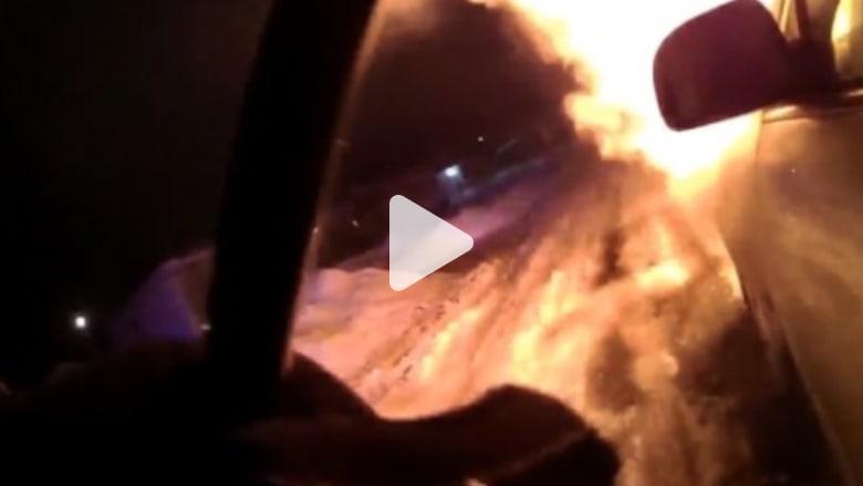 شرطي يتحدى غريزة البقاء وينقذ سيدة من سيارة مشتعلة