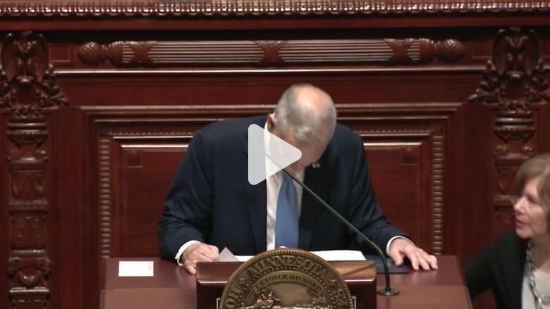 شاهد.. انهيار محافظ مينيسوتا أثناء خطاب له