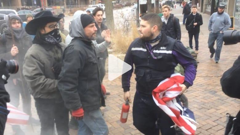 شاهد.. عراك بين المارة ومحتجين أحرقوا أعلام أمريكا في شوارع أيوا