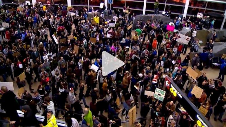 شاهد.. احتجاجات حاشدة في المطارات الأمريكية ضد حظر ترامب