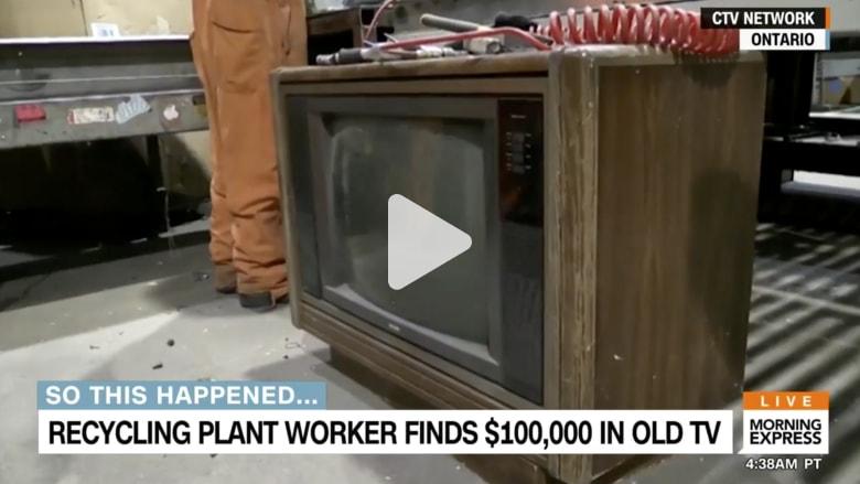 شاهد على ماذا عثر هذا العامل داخل جهاز تلفاز قديم!