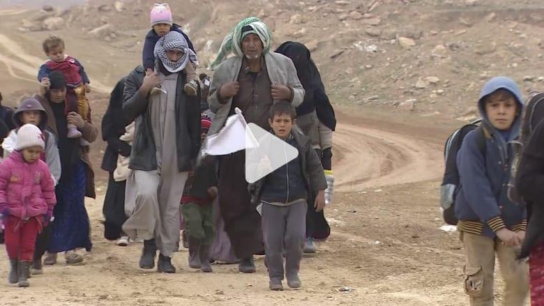شاهد.. عشرات آلاف العراقيين يفرون من غرب الموصل