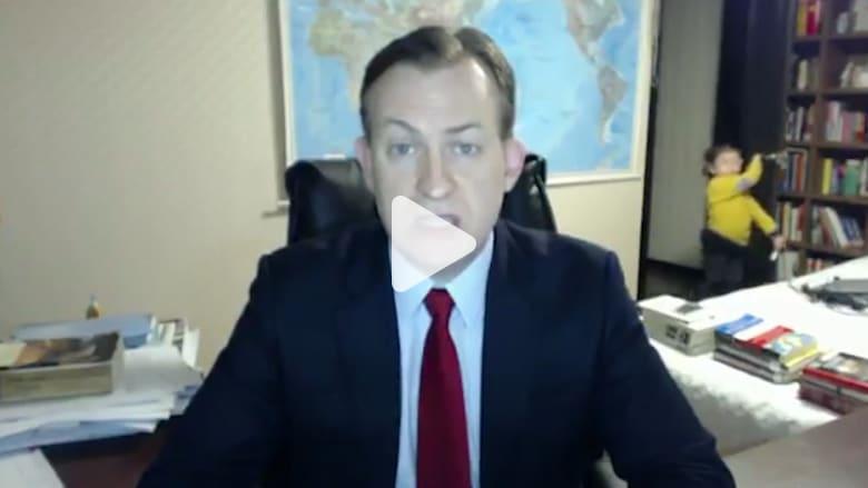 شاهد.. أطفال يقاطعون مقابلة مهمة لوالدهم على شاشة BBC!
