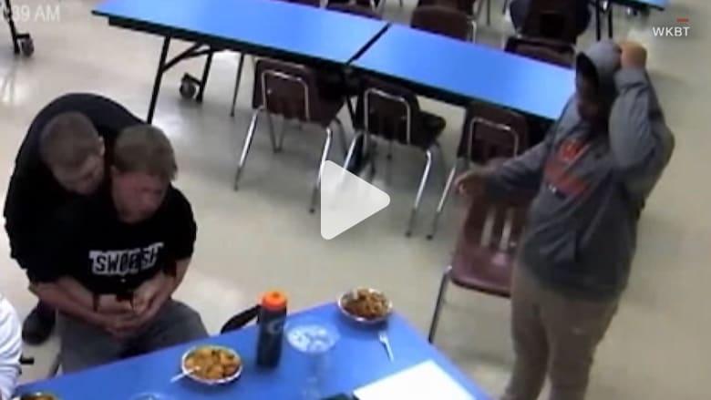طالب ينقذ طالباً آخر من الموت.. شاهد ما فعله!