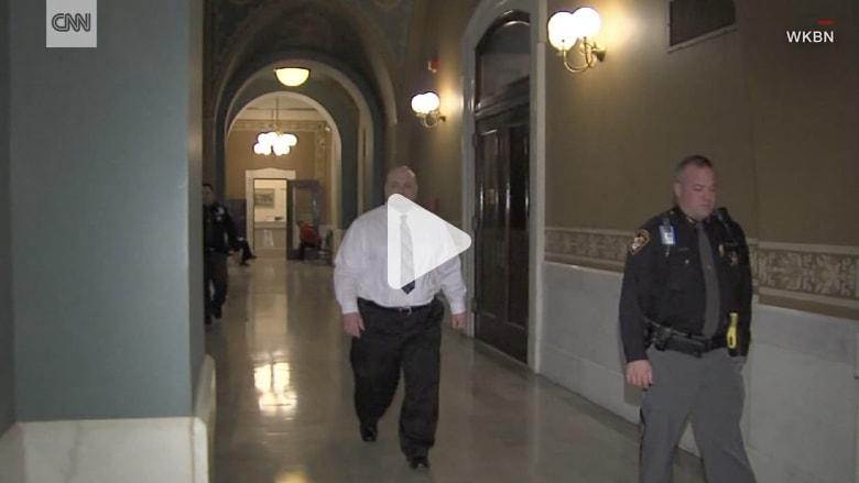 شاهد لحظة انتحار مشتبه به في مبنى محكمة بأمريكا