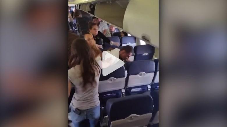 شاهد.. عراك عنيف بين ركاب طائرة أمريكية