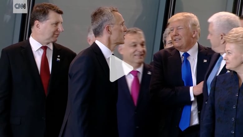 هل دفع ترامب رئيس وزراء جانبا ليكون في المقدمة؟