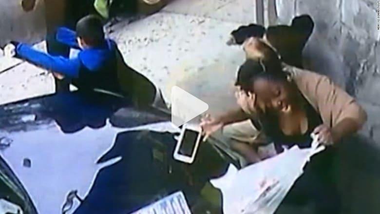 شاهد.. امرأة تلقي بنفسها أمام سيارة لإنقاذ صبي